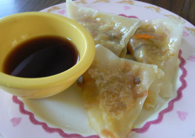 Vegetable gyoza with sauce